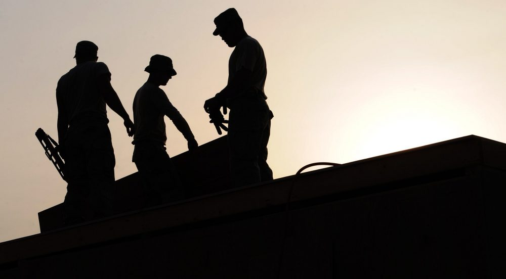 workers-on-rooftop-659885_1920